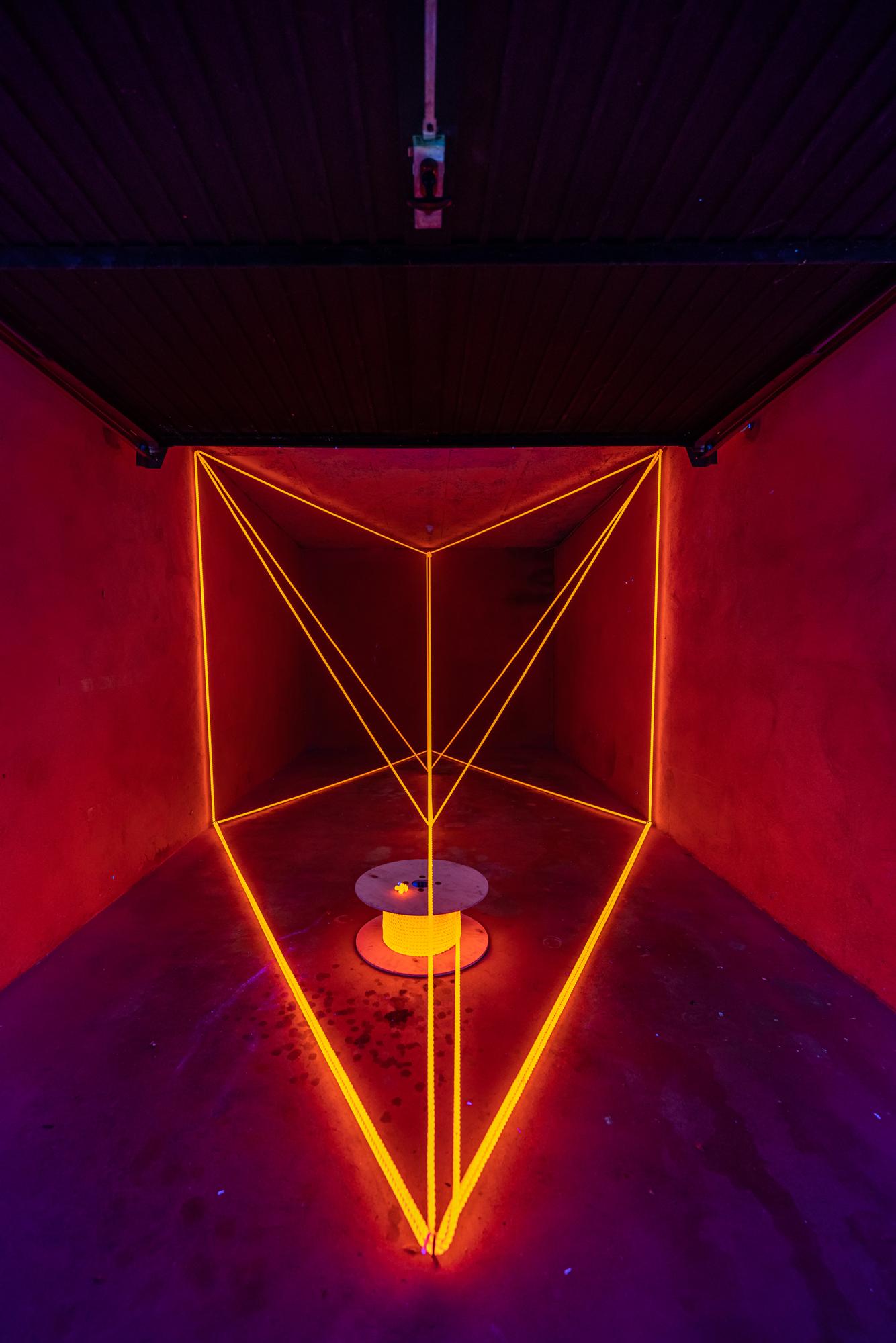 Alex Dorici – Rope 79 meters Light, 2021, Installation, fluoreszierendes Seil, UV-Lampen